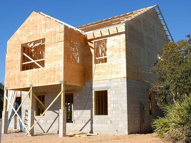Holz auf Stein beim Hausbau