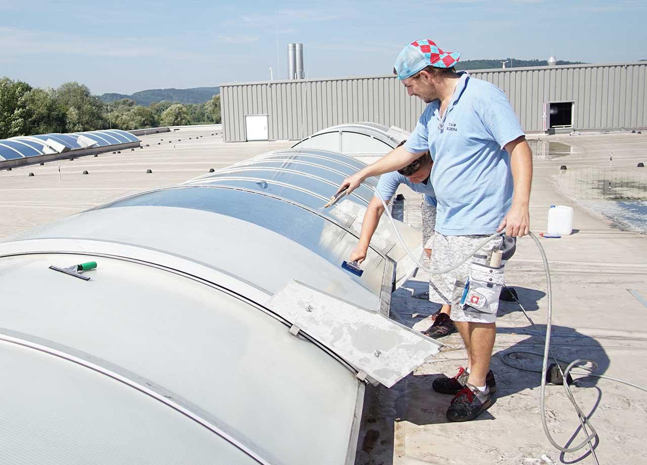Montageteam reinigt die Lichtbänder